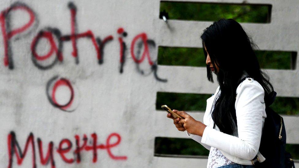 Mujer en el celular en Honduras