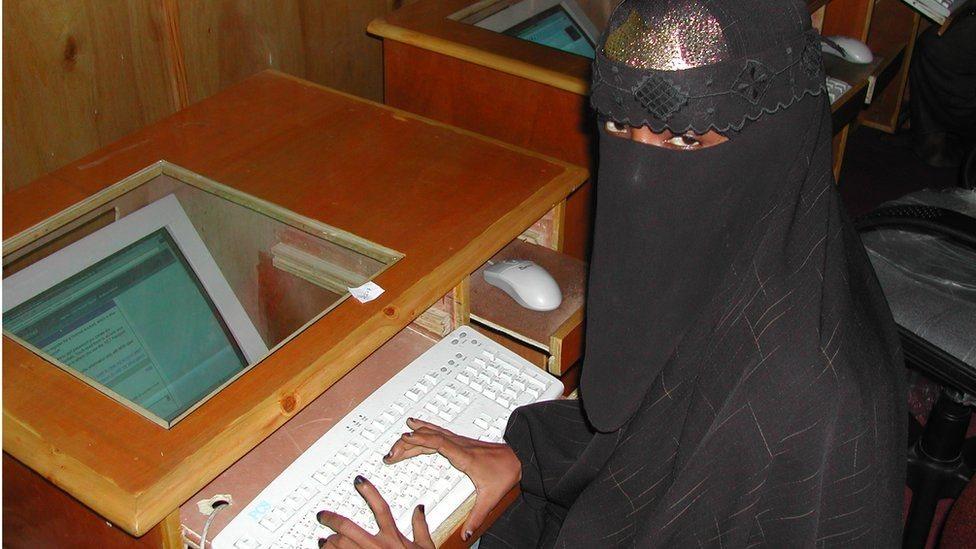 امرأة صومالية تستخدم الانترنت