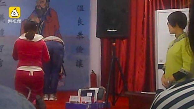 چین میں عورتوں کے لیے اخلاقی تربیت کے سکول، شوہر سے کہیں 'یس نو پرابلم'