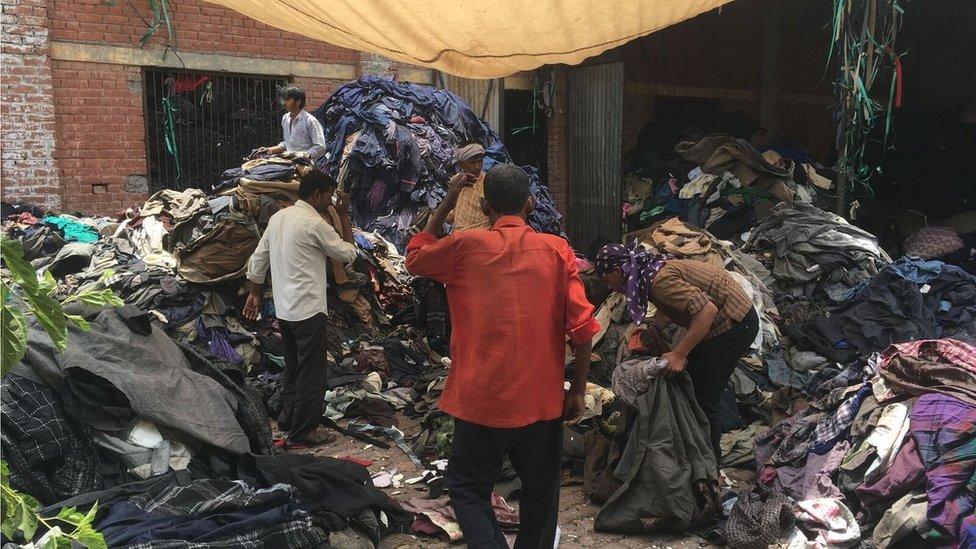 Gente separando ropa.