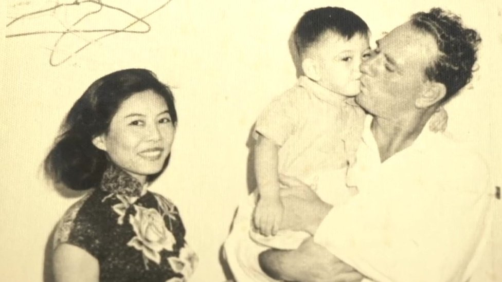 Anthony Wong con sus madre y su padre