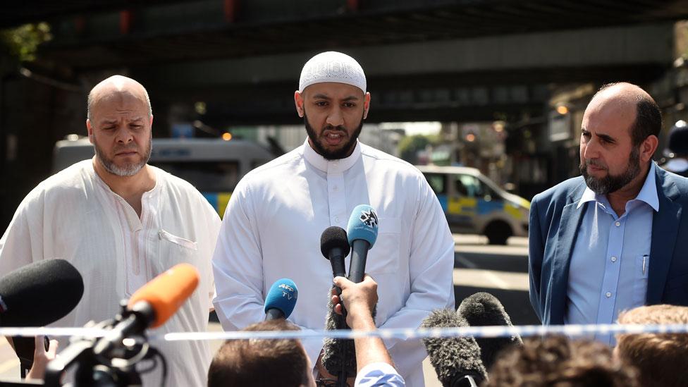 Imán Mahmoud hablando con la prensa