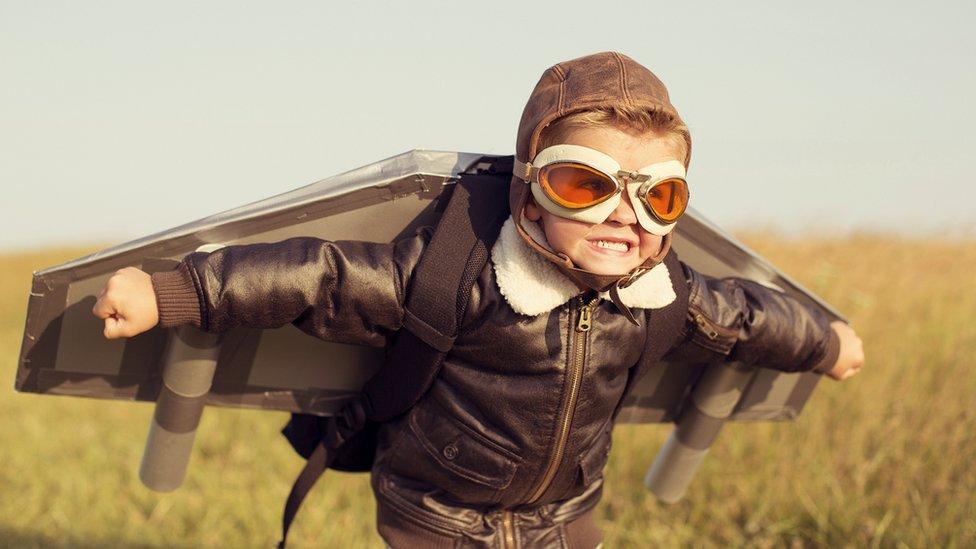 Niño intentando volar