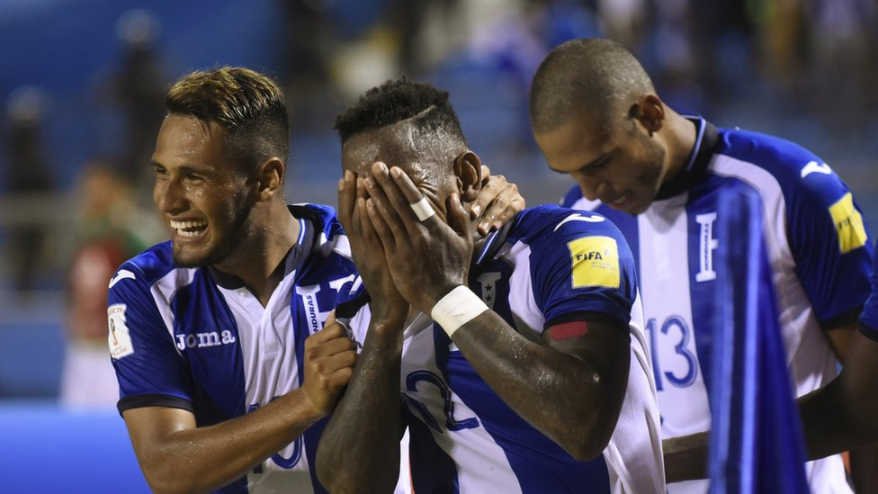 Honduras logró un dramático triunfo frente a México para mantener con vida su sueño mundialista.