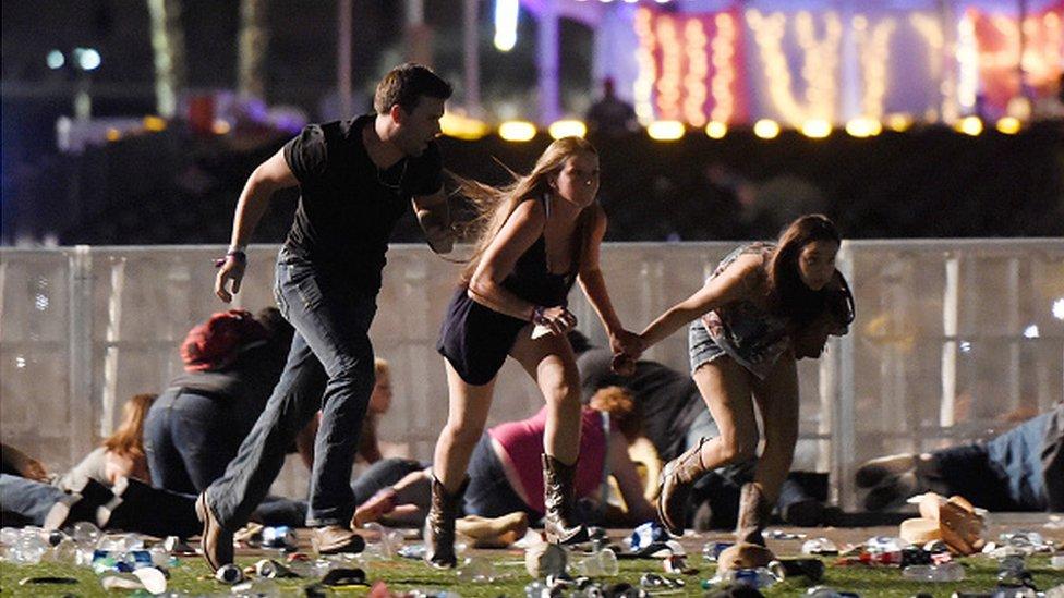 Tres jóvenes huyen de la zona del concierto al escuchar disparos.