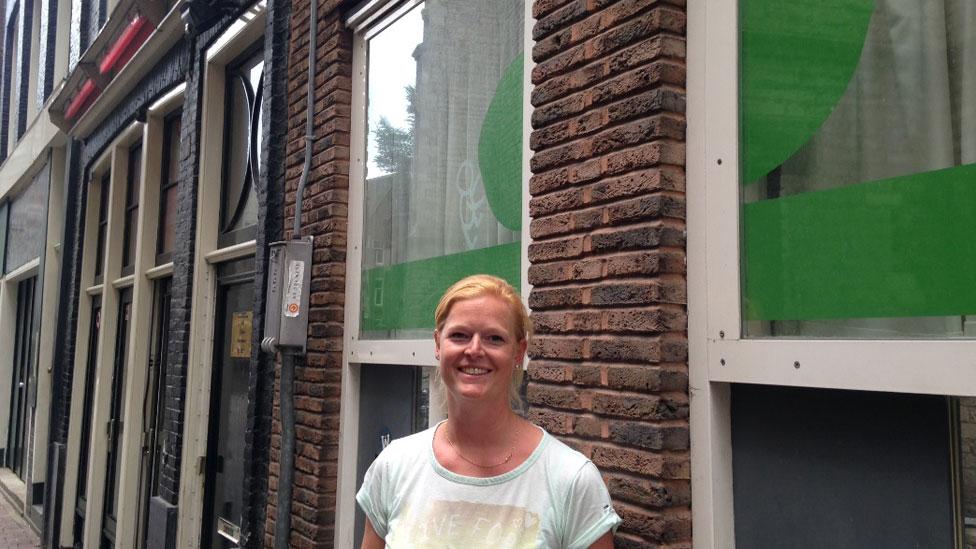 Sally frente a la guardería.
