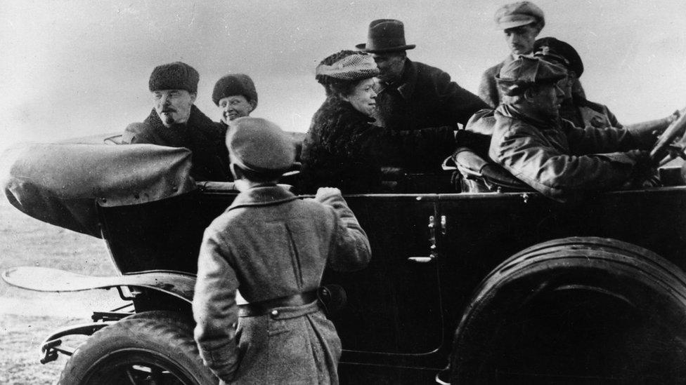 Lenin con su esposa, Nadezhda Krupskaia y su hermana, Maria Ulianova, tras un desfile militar en 1918.