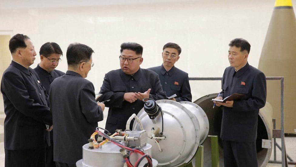 زعيم كوريا الشمالية كيم جونغ-أون بجانب رأس نووي
