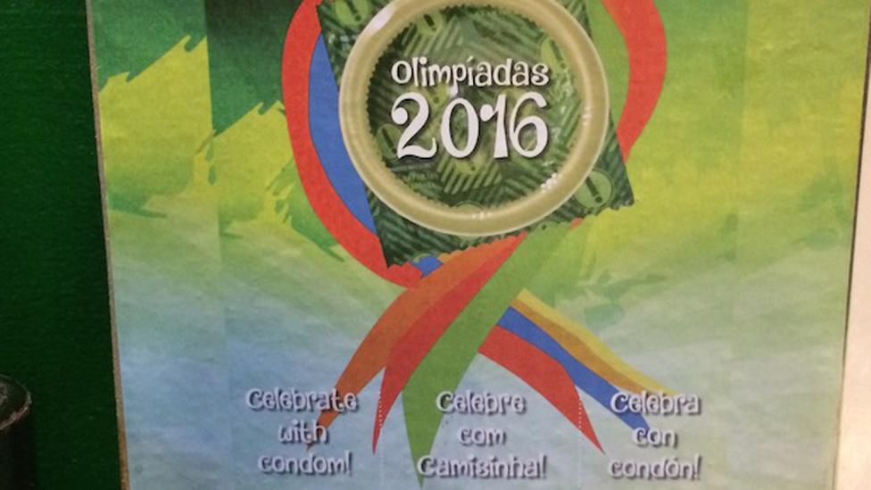 """Pancarta de las Olimpiadas con el mensaje """"¡Celebra con condón!"""""""