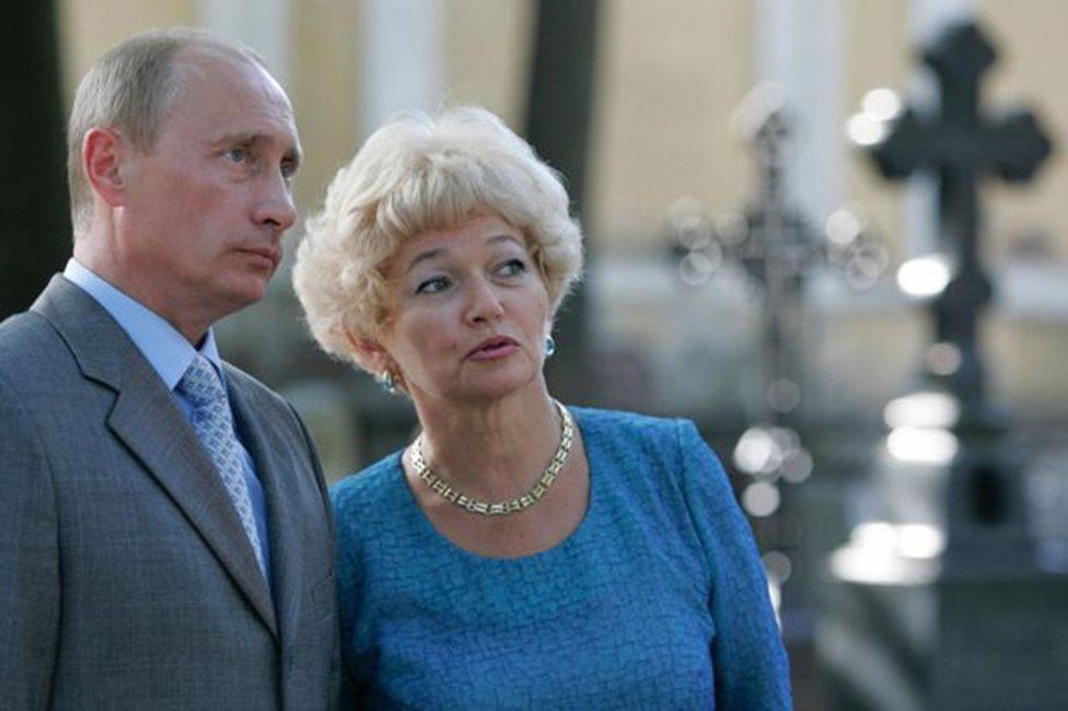 بوتين وأرملة أناتولي سوبشاك يزوران قبره في عام 2007.