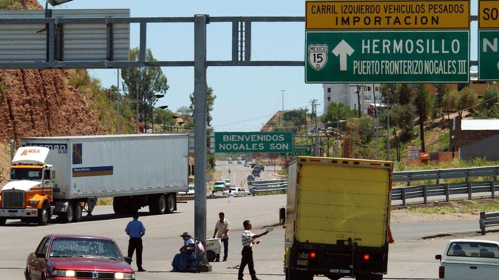 Camiones en la frontera entre Estados Uidos y México