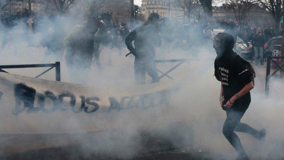 أفراد يفرون من اطلاق الشرطة عليهم قنابل الغاز المسيل للدموع على خلفية الاحتجاجات