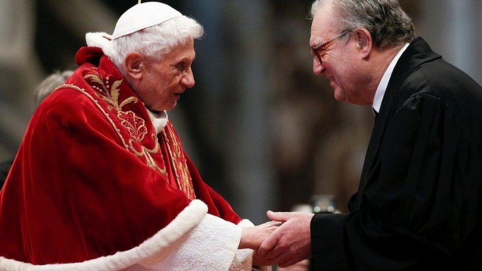البابا السابق بينيديكتوس 16 مع ممثل للمنظمة