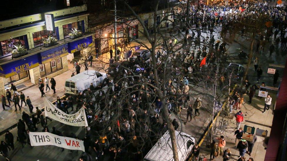 Alumnos de Berkeley protestando en las calles contra la invitación a Milo Yiannopoulos.