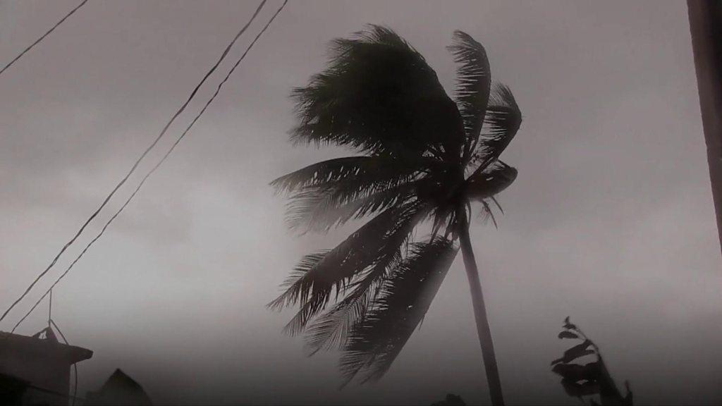 Hurricane Irma: Waves breach Cuba sea wall