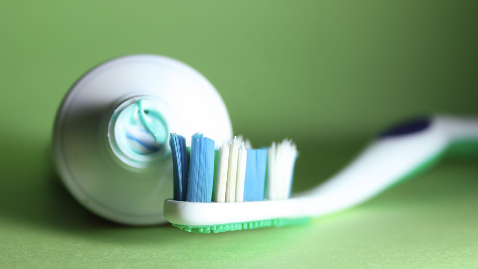 Si miras en tu casa, te sorprenderás por la cantidad de objetos hechos de plástico que usas a diario.
