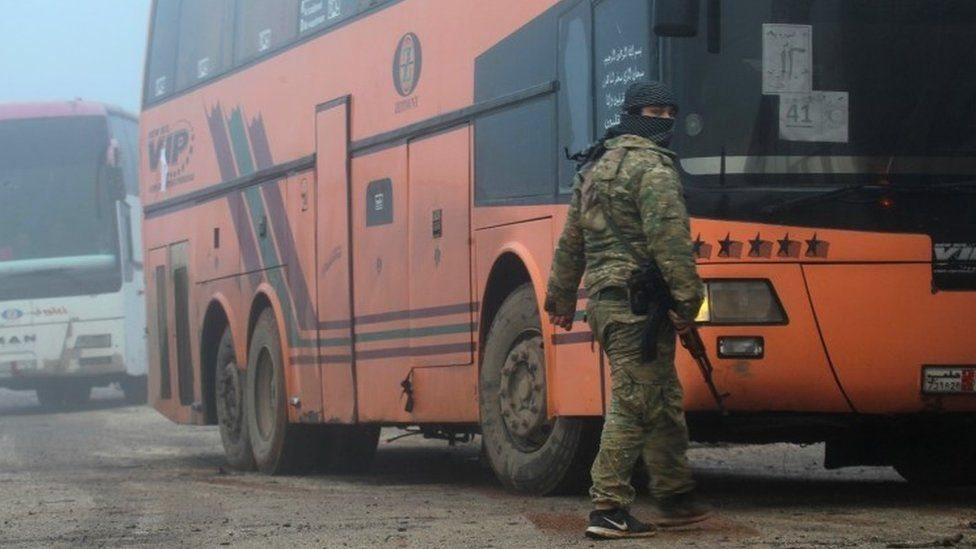 الحرب في سوريا: بدء عمليات الإجلاء في بلدات المحاصرة