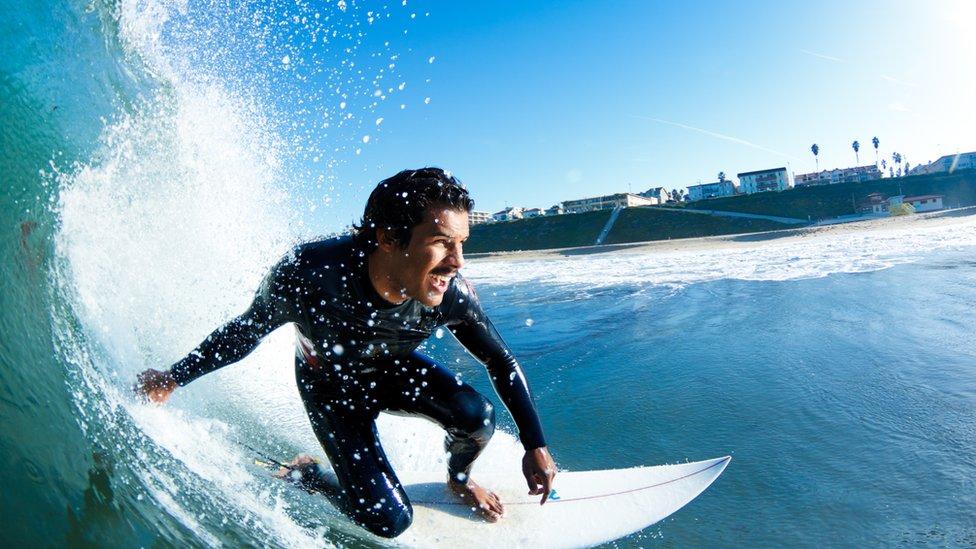 Surfista en un tubo.