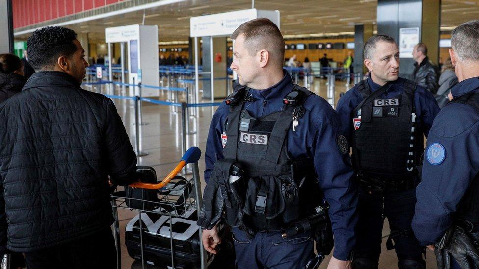 Policía en el aeropuerto aeropuerto de París-Orly tras el ataque el sábado, 18 de marzo de 2017.
