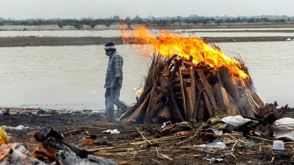 Covid-19: Hàng chục thi thể dạt vào bờ sông Hằng, Ấn Độ - BBC News Tiếng Việt