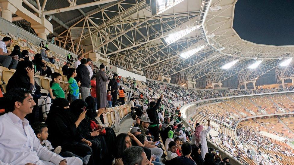 نساء سعوديات يحضرن مباراة كرة القدم بعد السماح لهن بدخول الملاعب