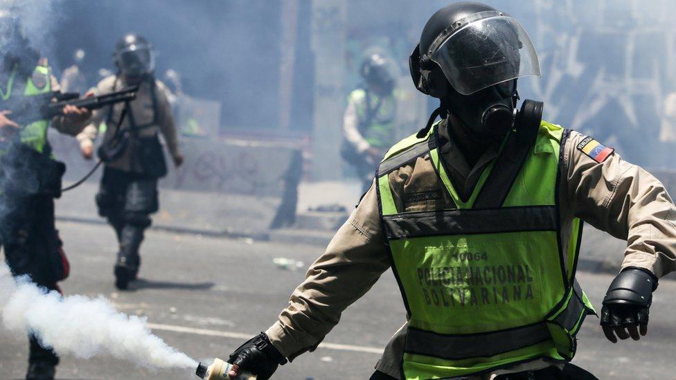 Las fuerzas de seguridad cerraron el acceso de la oposición al centro de Caracas, pero luego también le hizo replegarse.