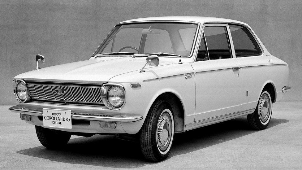 أول سيارة من طراز كورولا تنتجها شركة تويوتا اليابانية