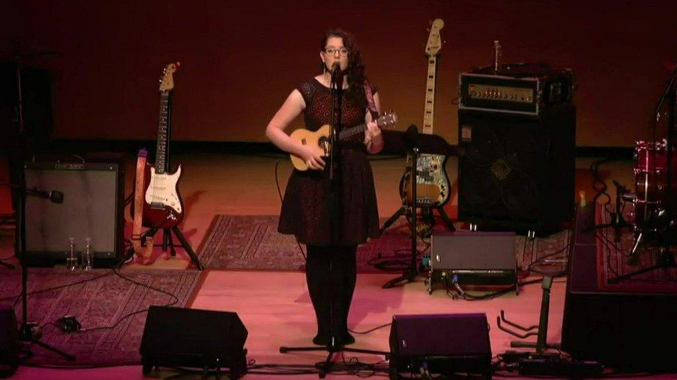 Mandy Harvey en el escenario con su ukelele