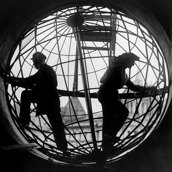 """""""Construcción del Centro Telegráfico de Moscú"""", de Arkadii Shaiket (1928). Fotografía de gelatina de plata. Crédito: Royal Academy of Arts"""