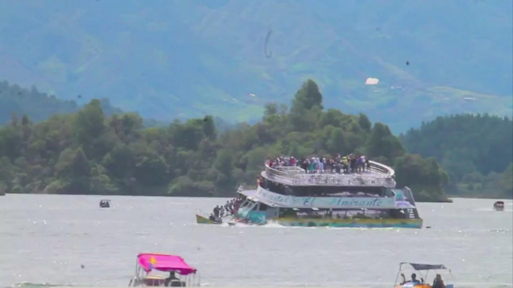 The moment Colombia passenger boat sank
