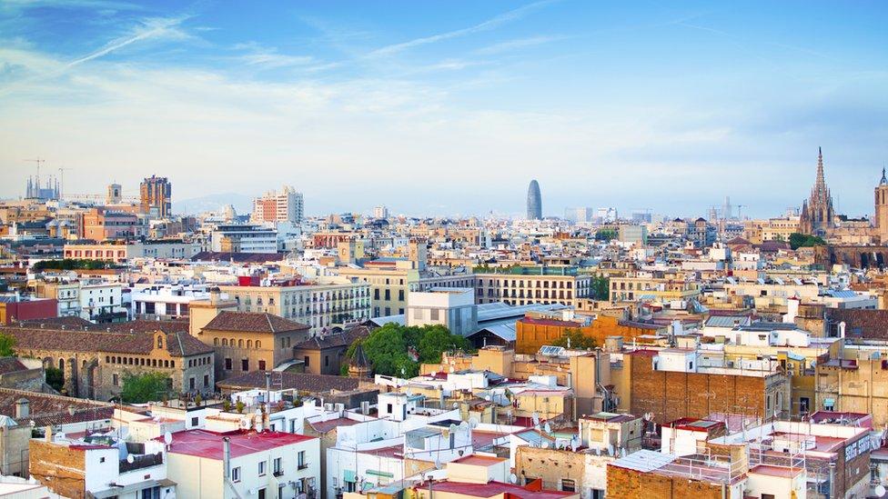 En Barcelona, como en otros lugares del mundo, los residentes protestan porque la existencia de airbnb les ha encarecido la vida.