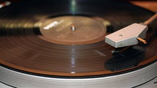 Vinyl sales earn more than downloads
