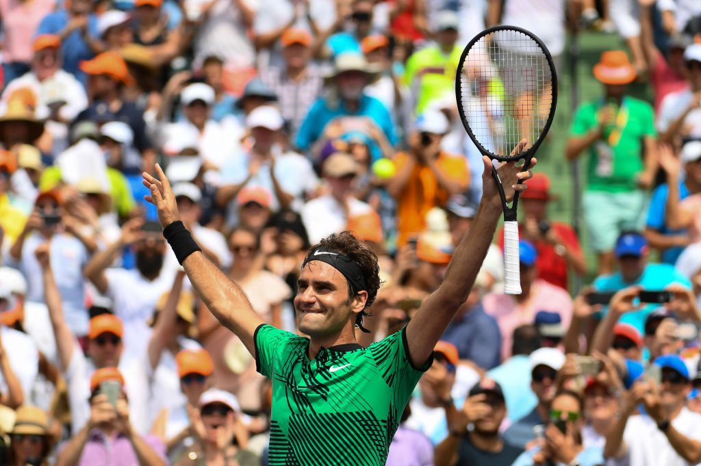 Roger Federer abre los brazos.