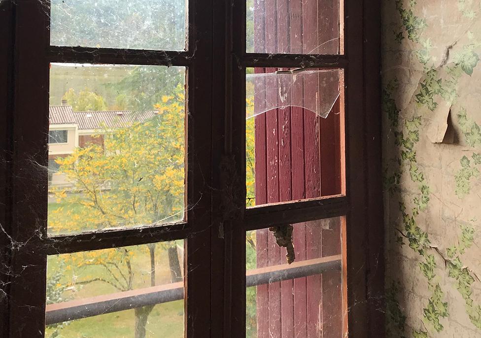 Una ventana en el dormitorio de los niños.