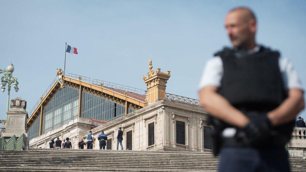 Un policía francés custodia la estación de tren Saint-Charles, en Marsella.