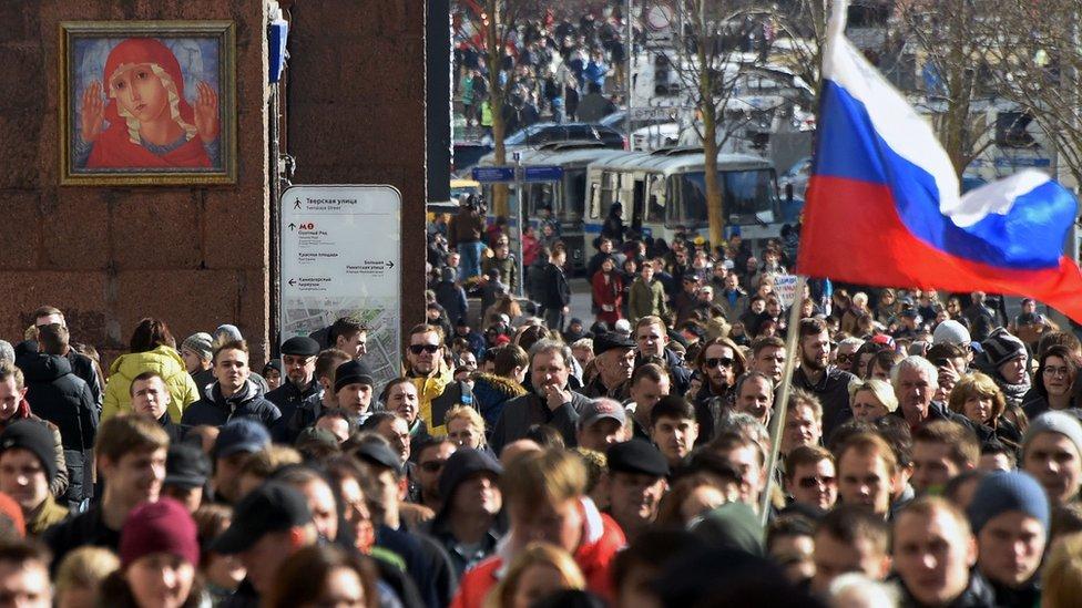 Los manifestantes caminan por la calle Tverskaya de Moscú durante una protesta anti-corrupción no autorizada.