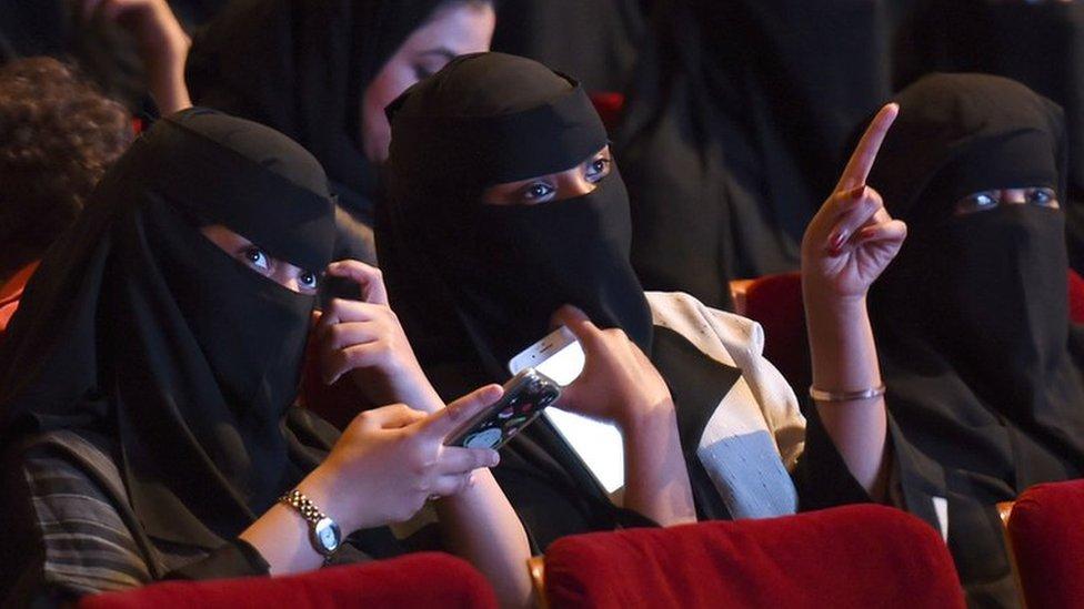 په سعودي عربستان کې پر سینما بندیز لېرې کېږي