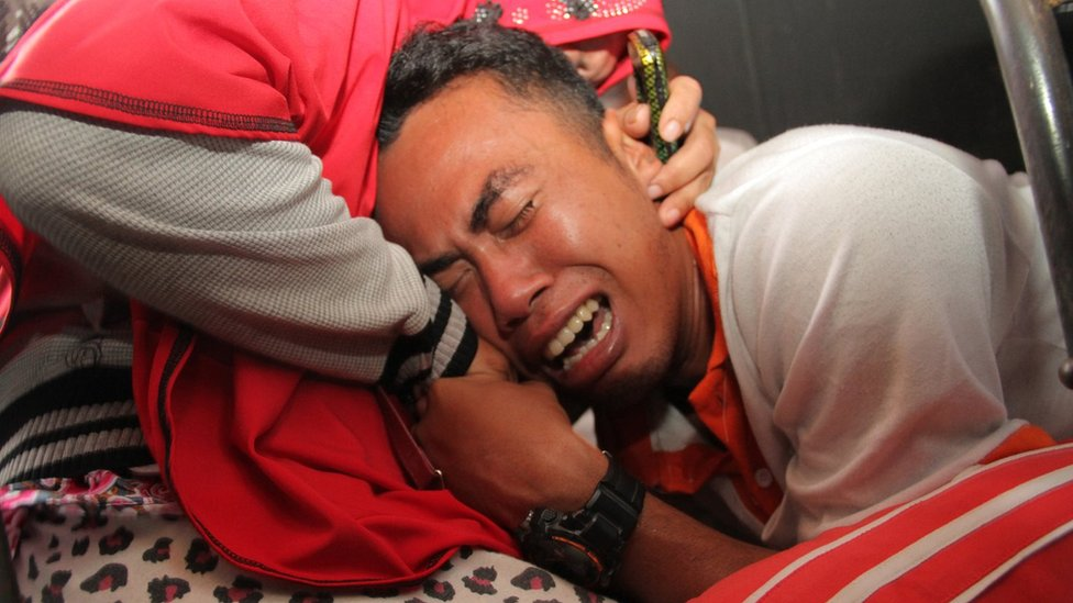 Lake Toba ferry: Search goes on with 180 reported missing | BBC