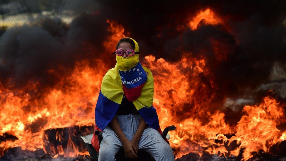 Barricada en llamas en Venezuela