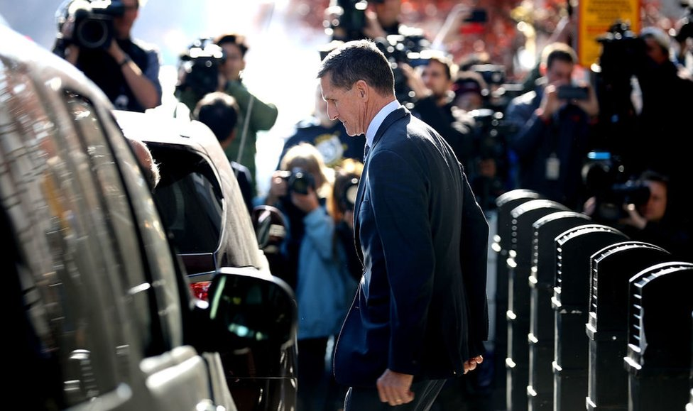 Michael Flynn al salir de un tribunal en Washington