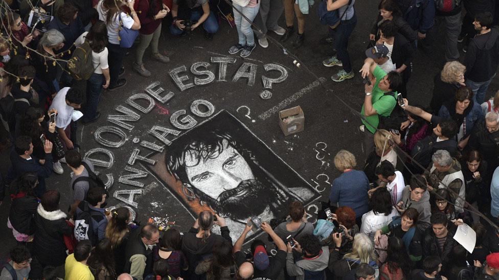 El caso de Santiago Maldonado, que a dos meses de su desaparición está cada vez más enrevesado, reavivó el sentimiento negativo que muchos argentinos tienen sobre la justicia.