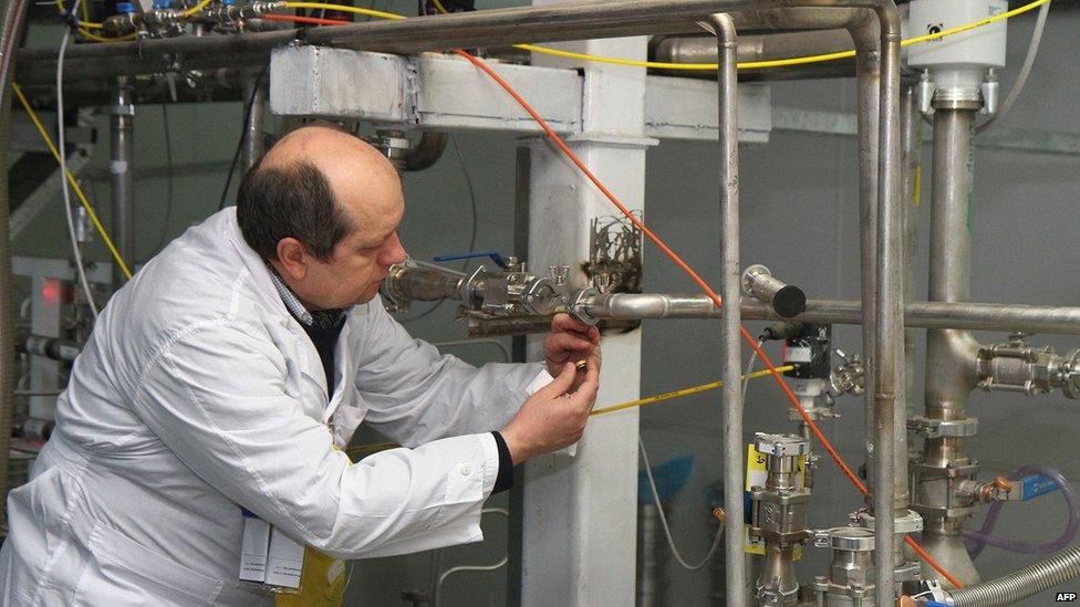 An International Atomic Energy Agency (IAEA) inspector disconnects centrifuge cascades at the Natanz uranium enrichment facility (20 January 2014)