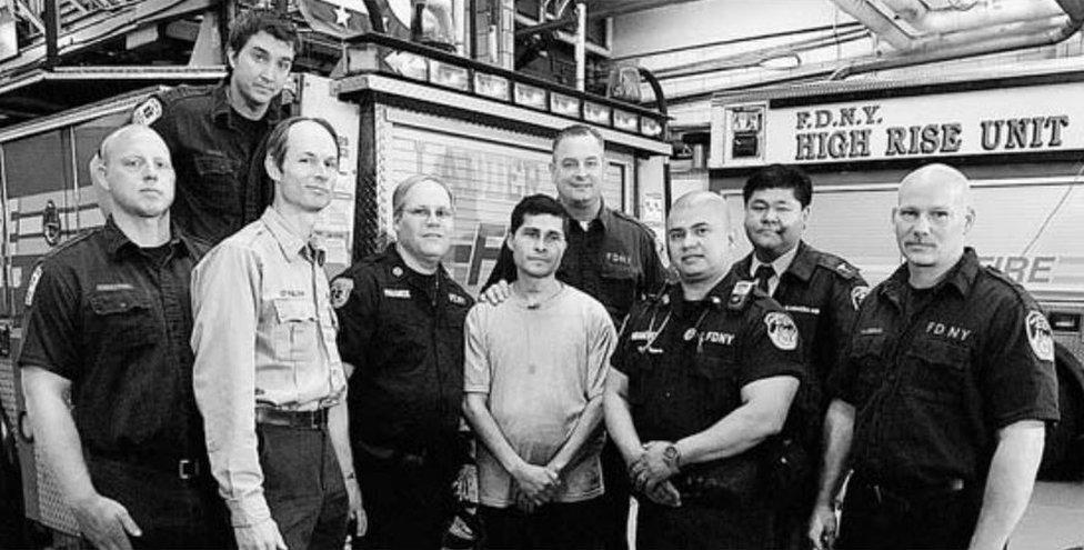Alcides Moreno con los bomberos de Nueva York