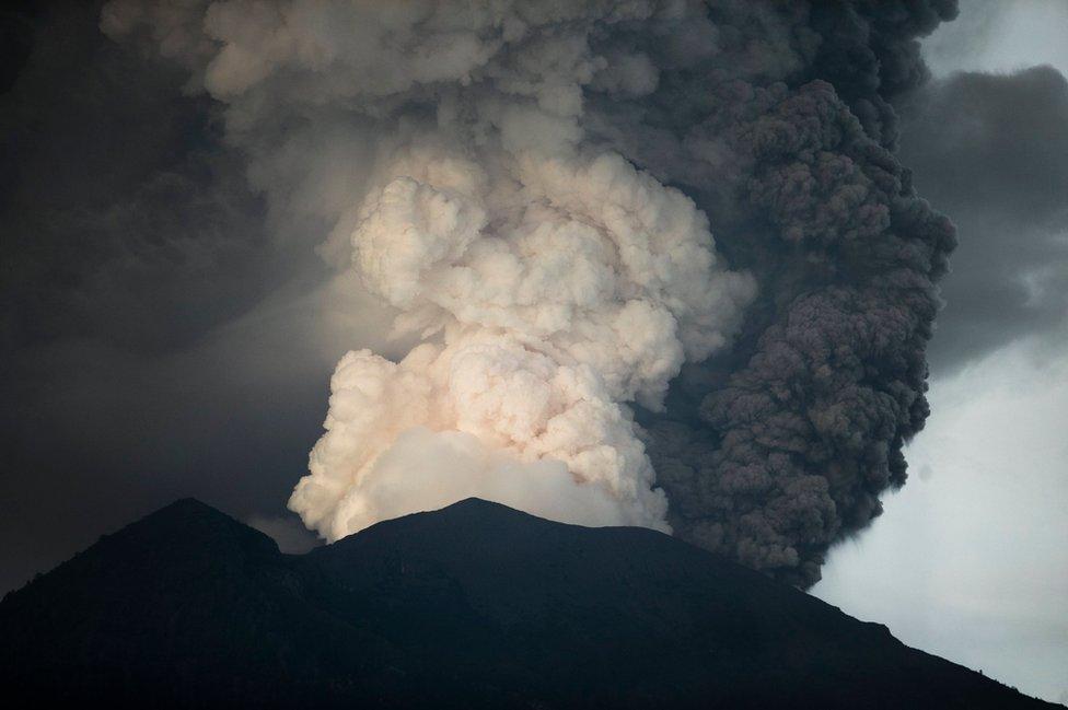 Fumarola del volcán Aung.