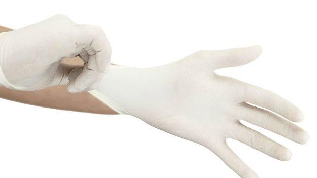 Manos con guantes de médico.