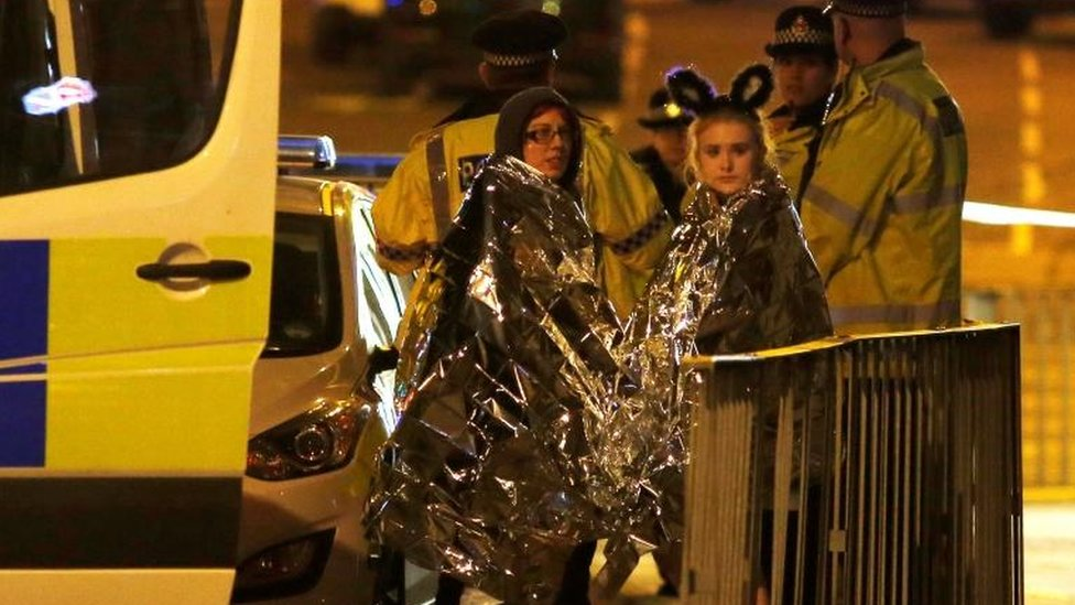 Jóvenes con mantas térmicas en las inmediaciones del Manchester Arena.