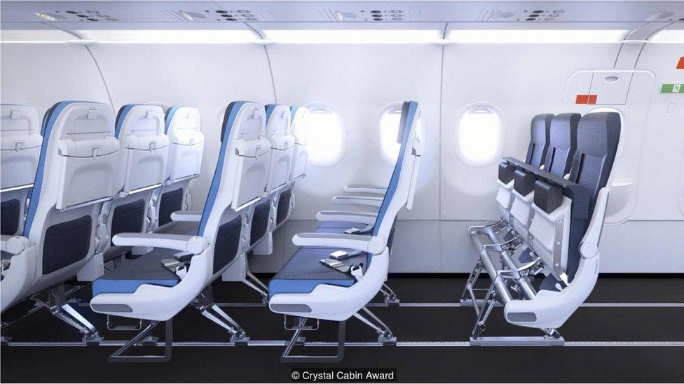 Airbus y Recaro han puesto los asientos sobre raíles, de manera que la tripulación pueda ajustar su configuración. Imagen cortesía de Crystal Cabin Awards