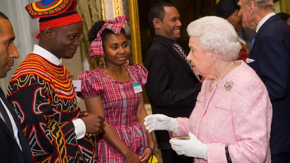 英女王在2016年出席典禮,嘉許當年獲頒英聯邦傑出青年獎的人