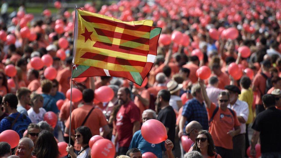 """Gure Esku Dago (GED) es un movimiento social nacido en 2013 en el País Vasco cuyo nombre significa en castellano """"Está en nuestras manos""""."""