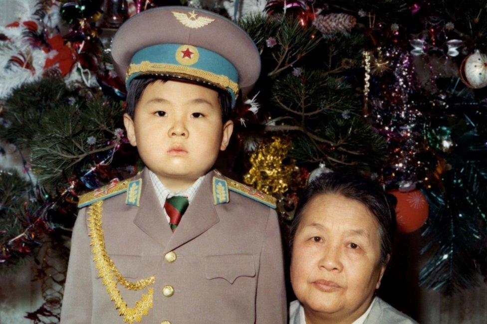 Mulanya diarahkan oleh ayahnya untuk jadi penggantinya, namun Kim Jong-nam, bersama neneknya di foto ini, kehilangan peluang setelah dipergoki menggunakan paspor palsu untuk pergi ke Tokyo .
